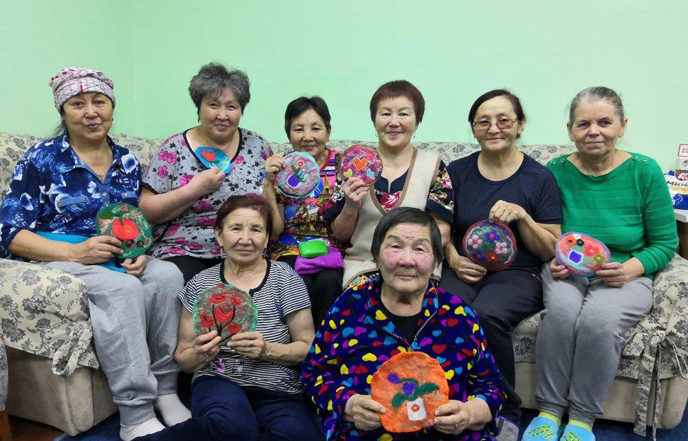 В комплексном центре социального обслуживания населения состоялся выездной мастер-класс по валянию шерсти.